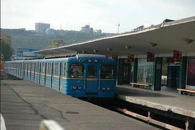 Людина потрапила під потяг начервоній гілці метро Києва