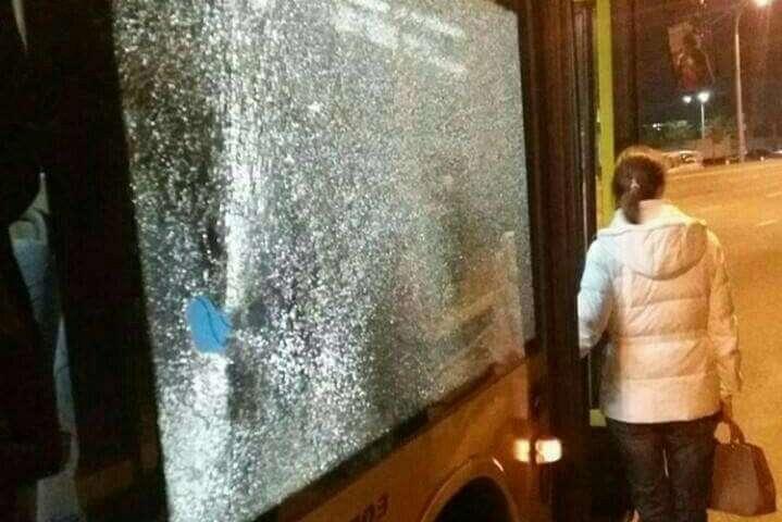 УКиєві невідомі кинули камінь у вікно автобуса, постраждала дівчина