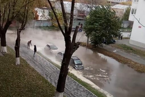 ВШевченковском районе столицы Украины кипяток затопил улицу иприпаркованные авто