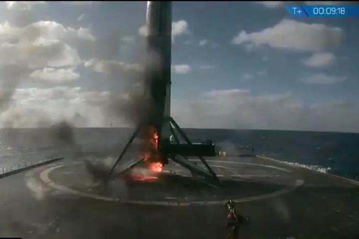 Ракета-носій Falcon 9 успішно вивела супутник на орбіту, але при посадці загорілася