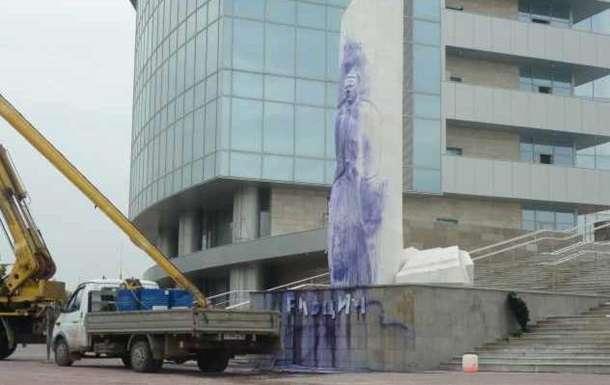 УРосії облили бензином і підпалили пам'ятник Єльцину