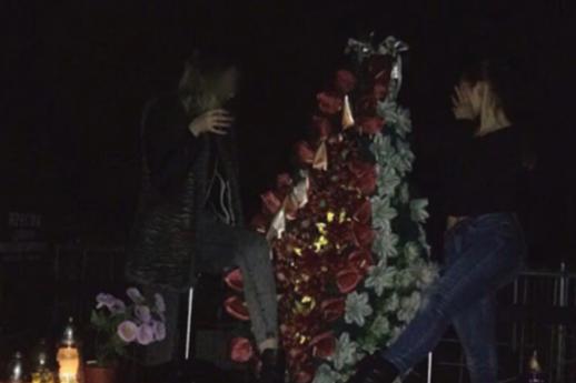 НаЛьвовщине школьницы слили всоцсеть шокирующие фото— Хэллоуин накладбище