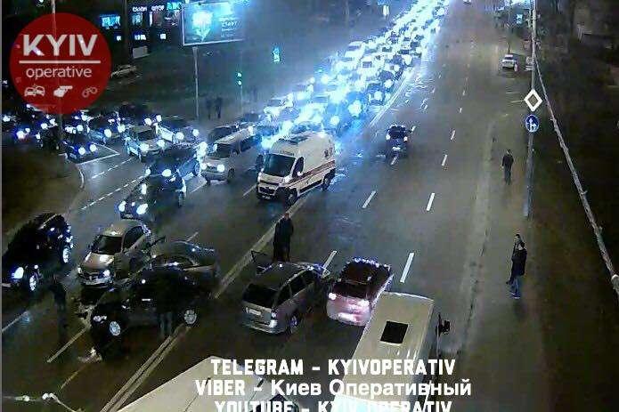 УКиєві наПовітрофлотському мосту зіткнулися 4 авто, постраждала вагітна