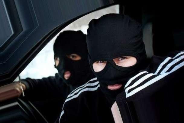 ВКиеве около банка умужчины вырвали сумку сденьгами