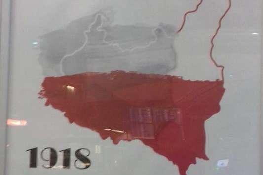 У Варшавському аеропорті «Шопена» з'явився провокаційний плакат, на якому Польща зазіхає на територію України