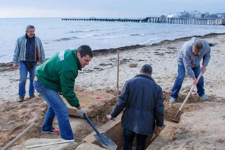 Прохожий отыскал могилу III века до н.э. на береге вКрыму
