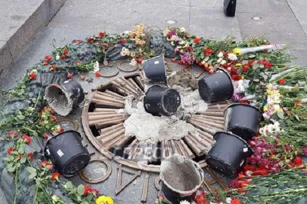 Якісь невідомі знову залили цементом Вічний вогонь у Києві