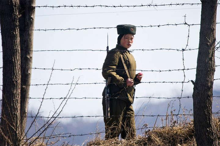 З'явилося відео втечі солдата КНДР до Південної Кореї вдемілітаризованій зоні