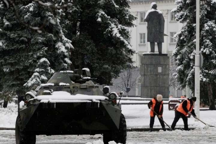 Переворот уЛуганську: біля будівлі зПлотницьким з'явилися автоматники і БТР