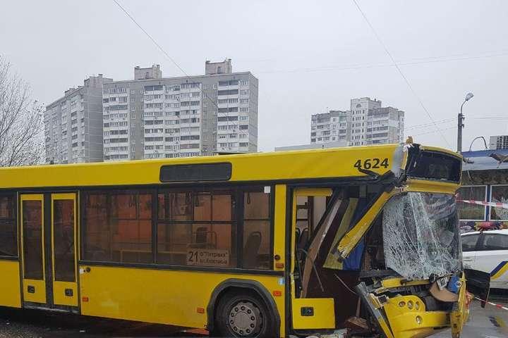 УКиєві автобус зпасажирами вщент розбився обвантажівку