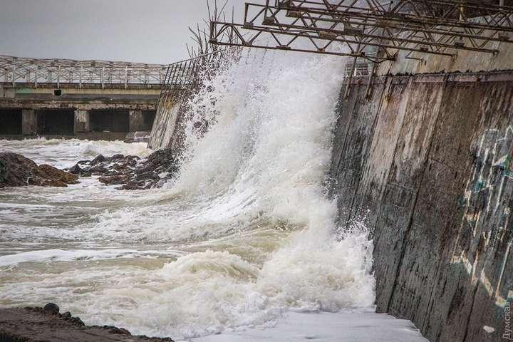 Піна напляжах і величезні хвилі - узбережжя Чорного моря накрив шторм 15