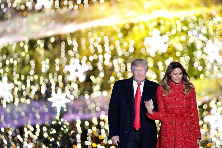 Трамп впервый раз  зажег рождественскую елку перед Белым домом