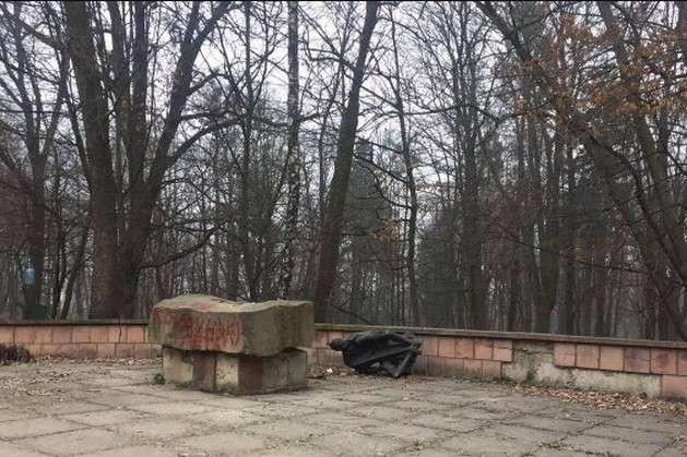 УЛьвові невідомі пошкодили пам'ятник комуністу Великановичу