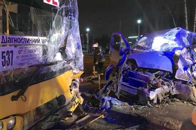 У Києві маршрутка спровокувала серйозну ДТП: водія Opel визволяли рятувальники