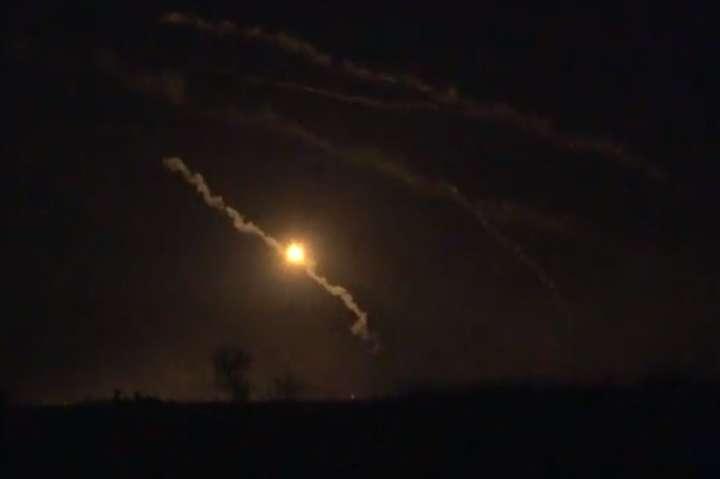ОМБр показала відео нічної стрільби зартилерії