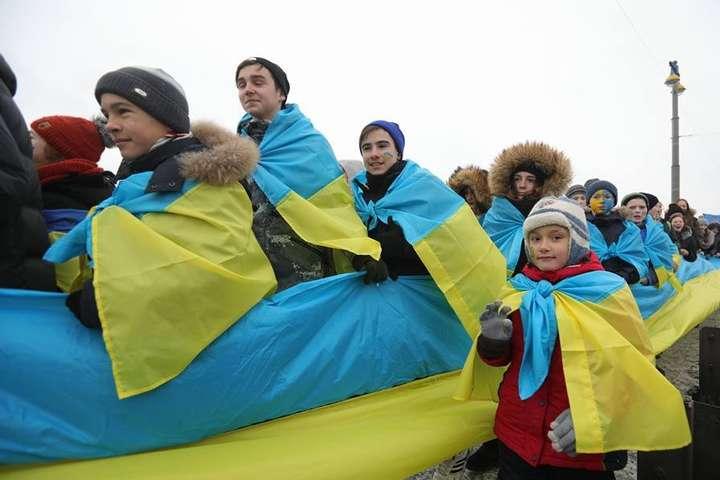 УКиєві активісти з'єднали береги Дніпра «живим ланцюгом Соборності»