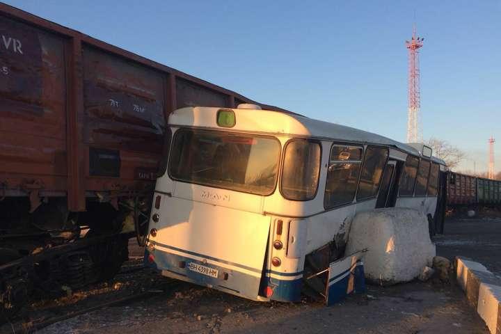 Автобус і товарний потяги зіткнулися впорту Чорноморська, постраждали шестеро людей