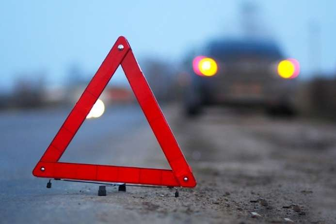 УКиєві автомобіль врізався уприпарковану вантажівку, є загиблий