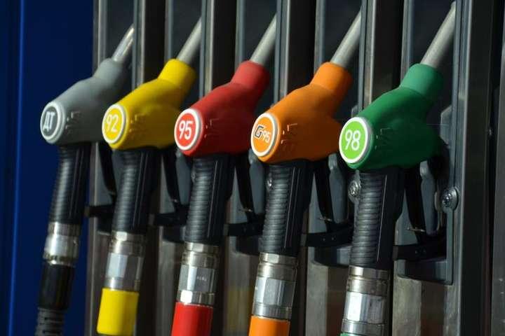 Українці «зливають» бензин. Ціна росте – споживання падає