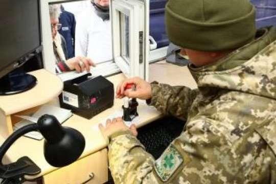 Прикордонники упіймали чоловіка, який намагався виїхати вРосію здесятьма чужими паспортами