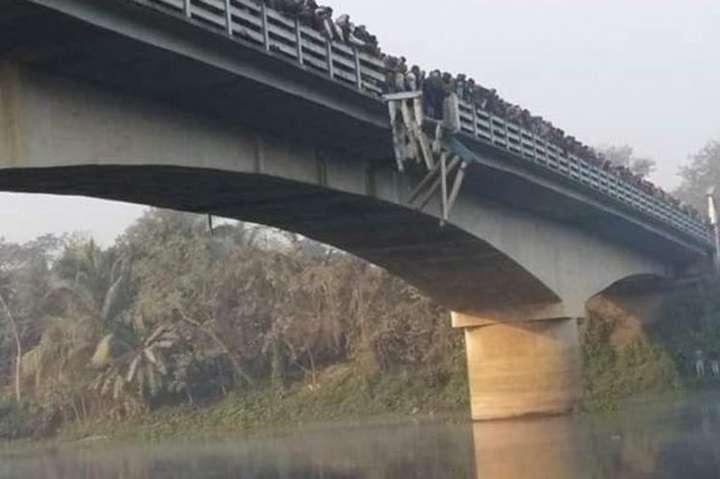 В Індії автобус впав у річку, 10 людей загинули