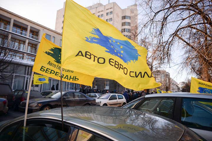 Центр Києва заполонили авто на єврономерах, наХрещатику сцена