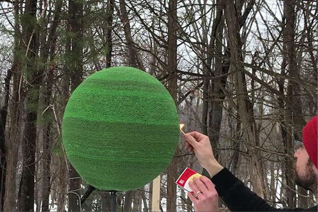 Так выглядит Армагеддон. Блогер поджег шар из 42 тыс. спичек