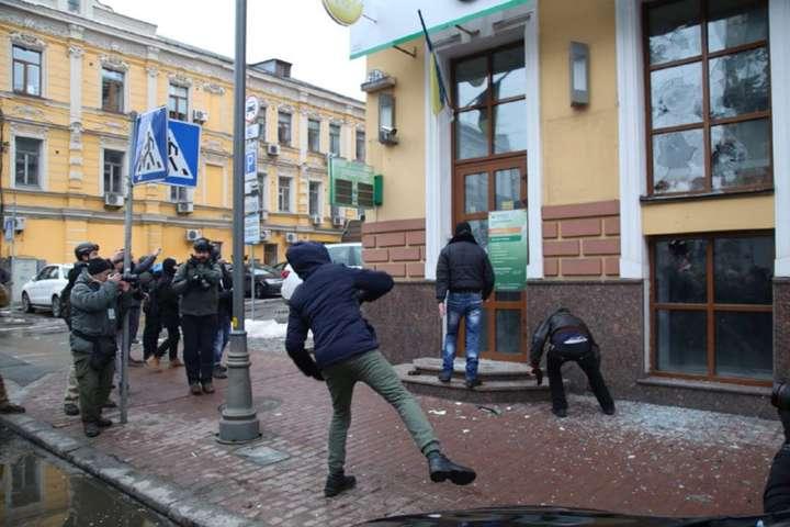 Бойовики Коханівського потрощили будівлю Сбербанку у Києві