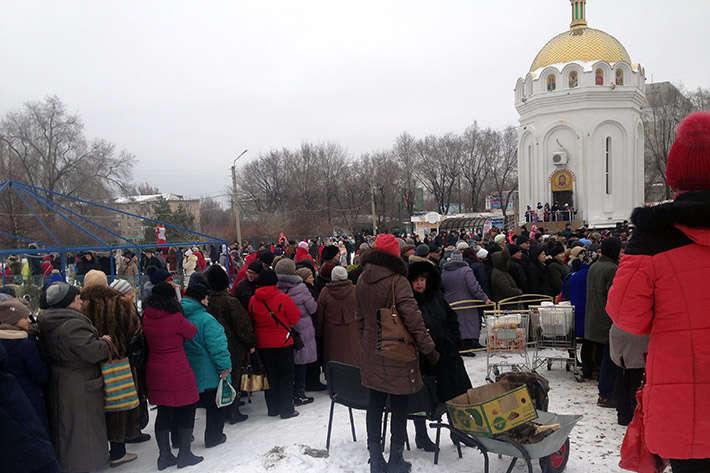В окупованому Луганську на Масляну за безкоштовною кашею стояли сотні людей (фото)