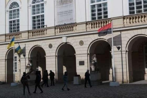 Біля Львівської ратуші вперше підняли червоно-чорний прапор