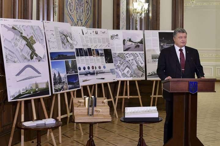 <span>Петро Порошенко взяв участь у презентації проекту-переможця номінації «Меморіал Героїв Небесної Сотні»</span>