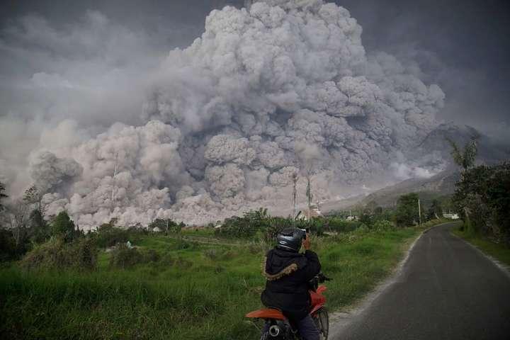 Евакуювали тисячі людей: вмережу злили кадри страшного виверження вулкану