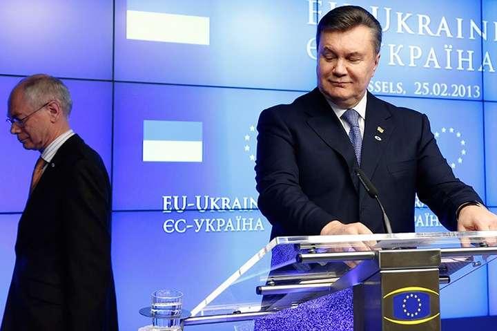 Віктор Янукович на саміті ЄС —Україна у 2013 році. На другому плані – Президент Ради ЄСС Херман ван Ромпей