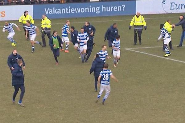 УГолландії футбольні фанати вибігли наполе бити гравців суперника