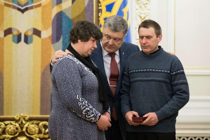 Порошенко нагородив орденом загиблу взоні АТО медсестру ЗСУ