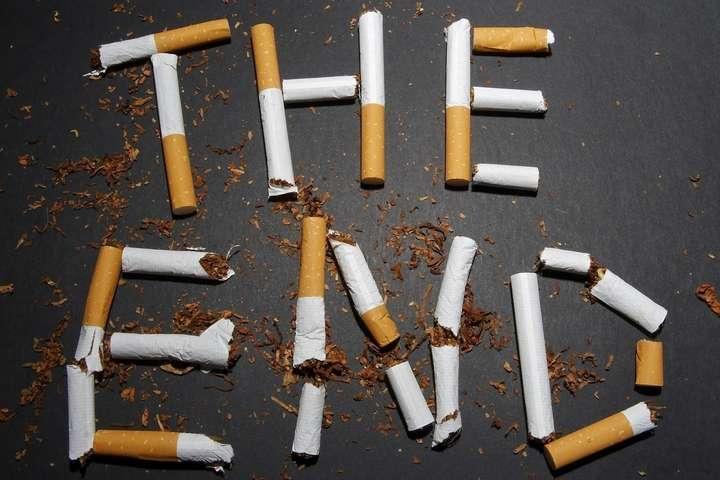Як стверджується детективами НАБУ, службовці з ГПУ та ДФС створили умови для отримання неправомірної вигоди під час митного оформлення сигарет, а також її подальшої легалізації.