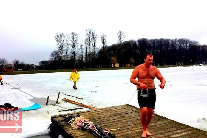 На Прикарпатті чоловік проплив під кригою рекордний 61 метр