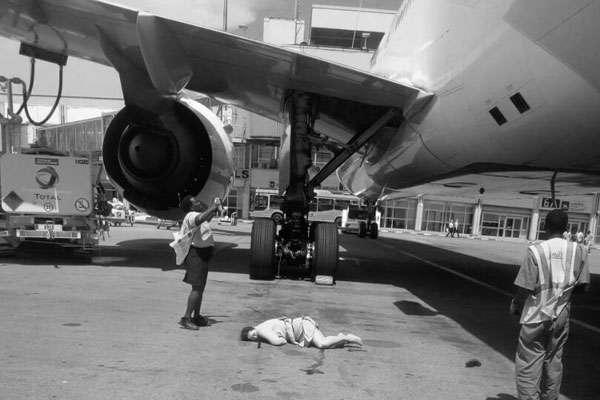 Член екіпажу компанії Emirates випав з літака