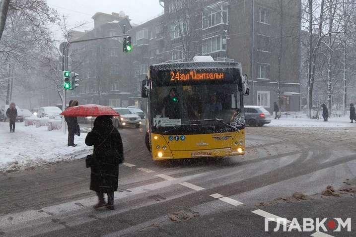 У більшості областей України сьогодні очікується сніг, ожеледиця і хуртовина
