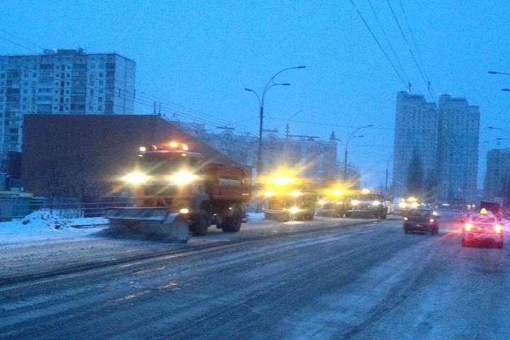 УКиєві снігопад: Комунальники вже приступили дороботи