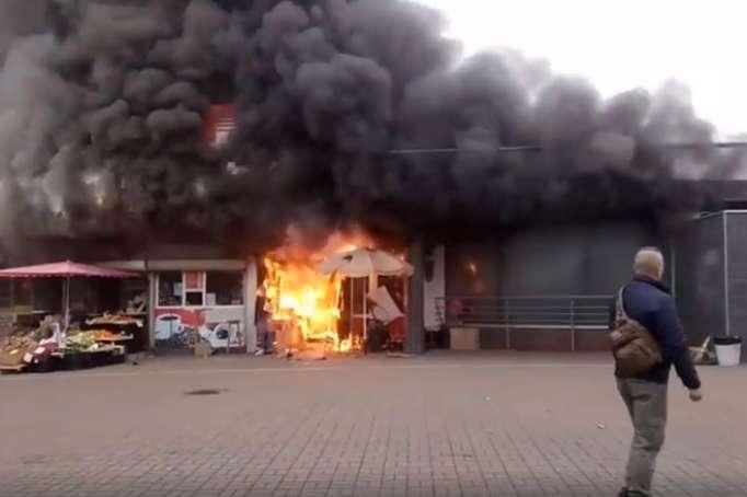 Возле метро «Левобережная» горит киоск, из-за сильного дыма станцию закрыли
