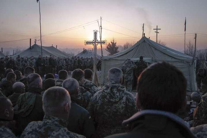 <span>Українські військовослужбовці під час Великодньої служби</span>
