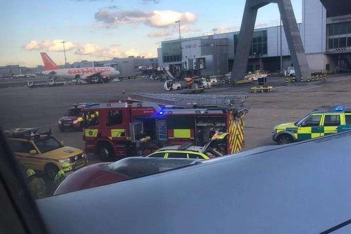 Літак авіакомпанії «Росія» наїхав наногу співробітнику аеропорту вЛондоні