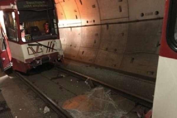 У Німеччині зіштовнулися два потяги метро: багато постраждалих