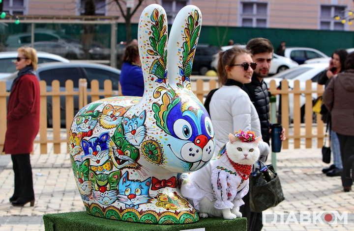Великодні зайці окупували центр Києва. Фоторепортаж з Софійської площі