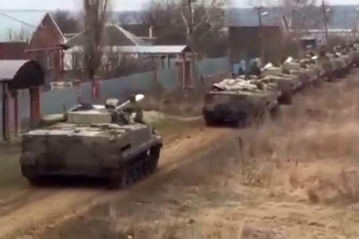 З'явилося відео російської військової техніки біля кордону зУкраїною