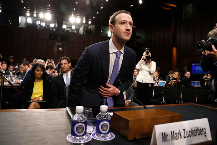 """Засновник FacebookМаркЦукерберг протягом п'яти годин давав свідчення у Сенаті США<a href=""""/news/cukerberg-daje-svidchennya-kongresu-ssha-shchodo-vitoku-danih-z-facebook-488536.html""""></a> — Загроза приватності та монополія Facebook. Головні тези виступу Цукерберга у Сенаті США"""