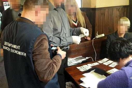 У Запоріжжі на хабарі спіймали телефоністку Нацгвардії