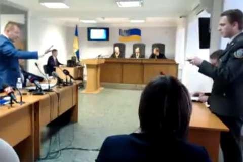 Адвокати Януковича з криками зірвали судові дебати (відео)