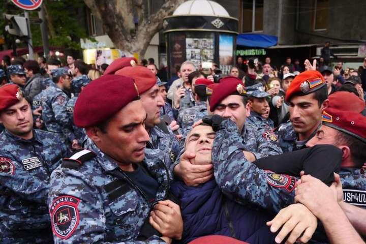У Єревані частина військових перейшла на бік мітингувальників (відео)